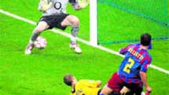 Belletti bate a Almunia por debajo de las piernas y da la victoria al Barcelona en Saint Denis.