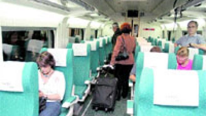 Uno de los vagones del nuevo tren directo a Madrid, ayer, casi vacío, poco antes de salir de la estación de Sants.