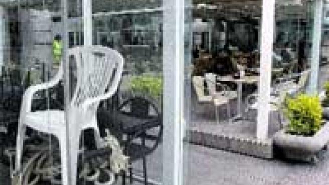 Cada local mantiene su propio estilo: Una de las obligaciones que fijaba el Ayuntamiento para estas terrazas es que mantuviesen un mismo mobiliario. En la actualidad, sin embargo, los clientes pueden encontrar en cada local un tipo de silla y mesa diferente y hasta terrazas vacías con muebles amontonados.