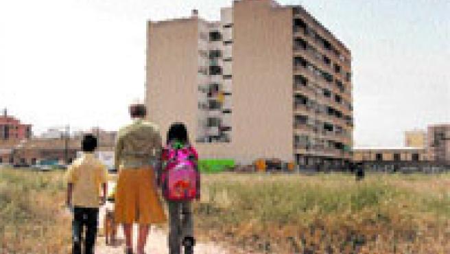 Los vecinos de los números 38 y 40 de Pío XI (al fondo de la imagen) llevan a sus hijos al colegio por este camino de tierra.