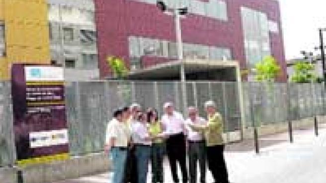 Varios miembros de la Coordinadora de Acción Social de San José, delante del centro de día.