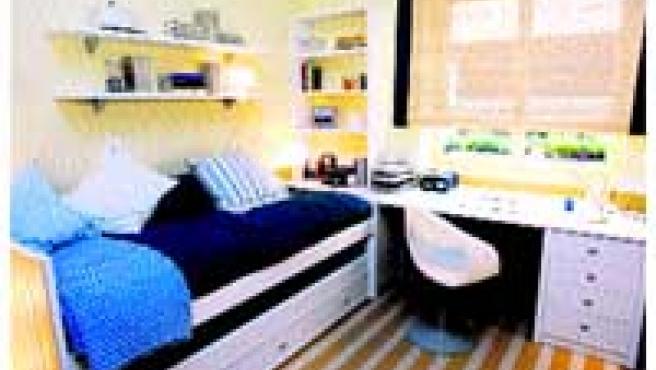 El dormitorio, sin aparatos eléctricos y con la cama orientada hacia el norte (abajo).