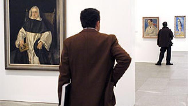 Dos visitantes, en el Museo Reina Sofía (Efe).