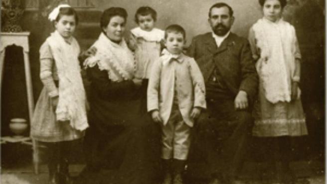 """""""Esta fotografía es del año 1907 tomada en Elda (Alicante), son mis abuelos paternos; Petra y Robustiano, con sus hijos. Mi padre es el del centro, se llamaba Narciso""""."""