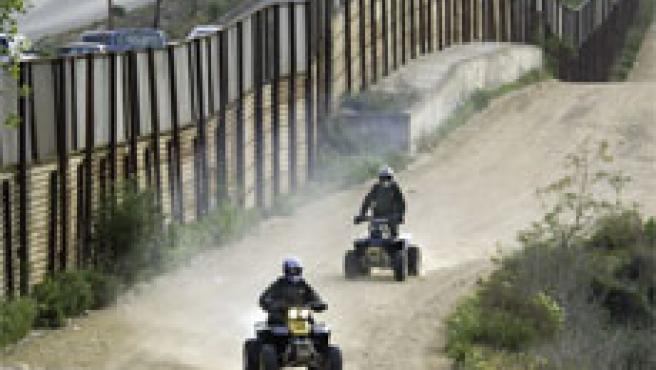 Unos agentes vigilan la valla fronteriza entre Tijuana y San Diego (Foto: Reuters)