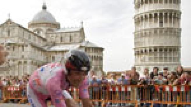 El líder del Giro, Ivan Basso, a su paso por la torre de Pisa. (AP)