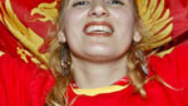 Una montenegrina festeja el resultado del referéndum. (Efe)