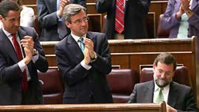 Rajoy es aplaudido por sus compañeros de partido en el Debate (EFE)