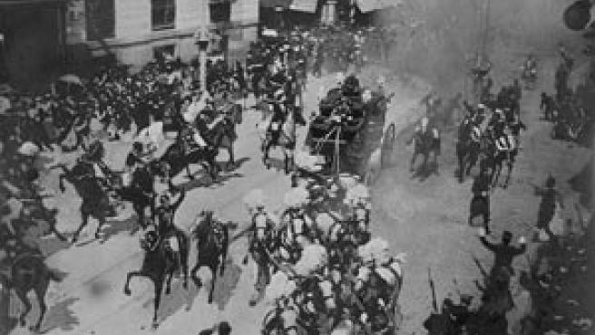 Imagen de la explosión en la calle Mayor (fotografía cedida por Ediciones La Librería). Ampliar imagen