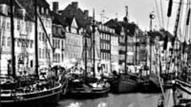 Nyhavn, el Puerto Nuevo, ofrece una de las mejores estampas nocturnas de Copenhague.