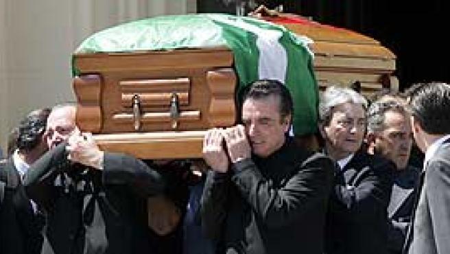Salida del féretro con los restos mortales de Rocío Jurado. (EFE/Chema Moya)