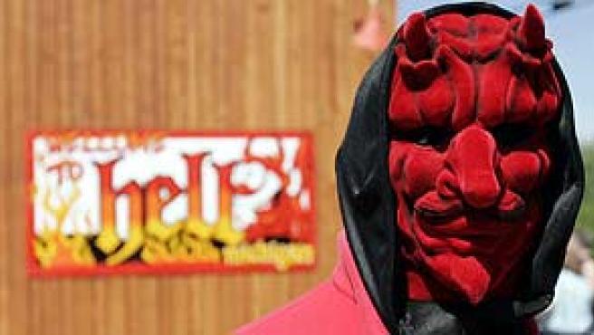 Un habitante del pueblo de Hell, Michigan (EEUU), vestido de diablo para conmemorar el 6 de junio de 2006, el 'día de la bestia'. (REUTERS/Rebecca Cook)