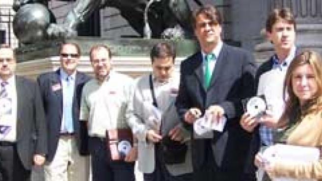 Representantes de la plataforma 'Todos contra el canon' en la entrega de firmas en el Congreso.