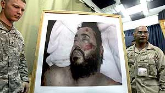 Dos militares muestran la foto del cadáver del Al Zarqaui.