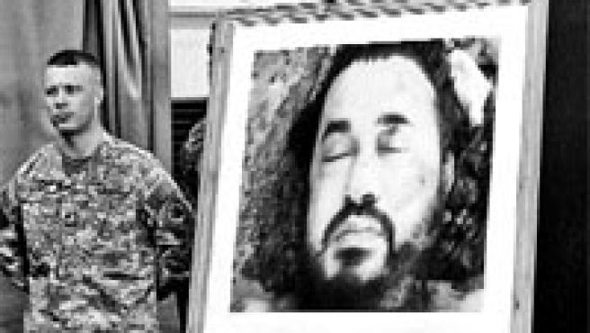 Un soldado estadounidense muestra una imagen del cadáver de Al Zarqaui.