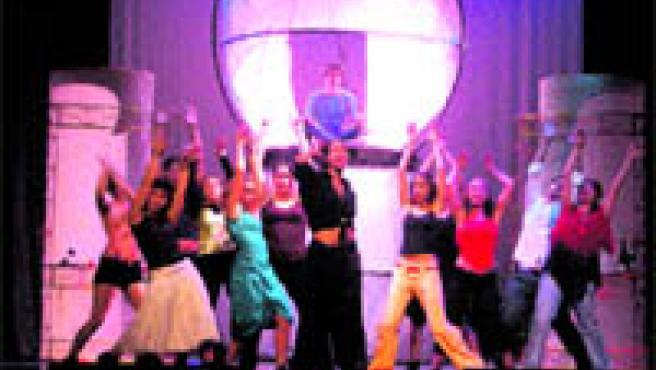 La escenografía transforma el convento de doña Inés en una animada discoteca.