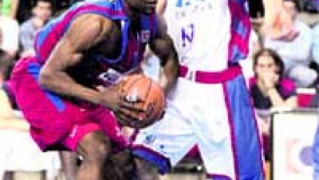 Williams intenta entrar a canasta ante la presión del jugador del TAU Roko Ukik.