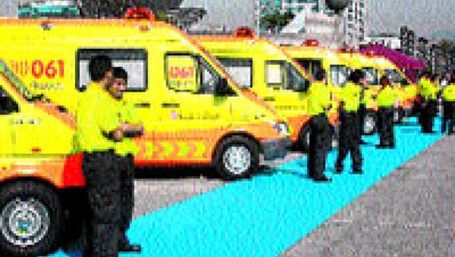 Ambulàncies amb la nova imatge groga i taronja, ahir.