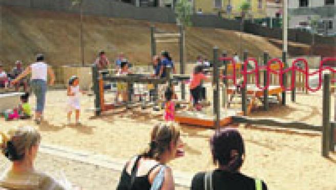 La nueva zona de juegos infantil que tapa el cráter del barrio del Carmel, ayer. (Jordi Soteras)