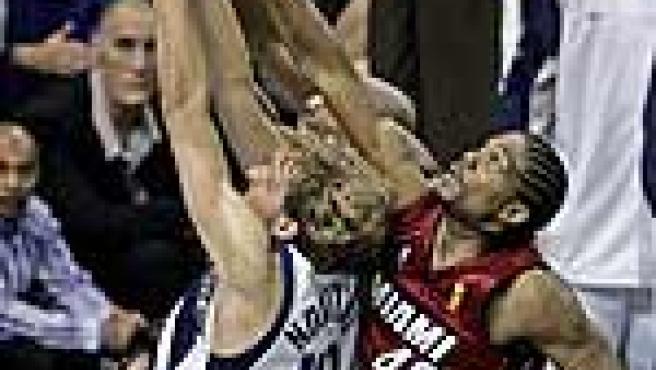 Nowitzki (i) y Haslem (d) luchan por el balón. (Reuters)