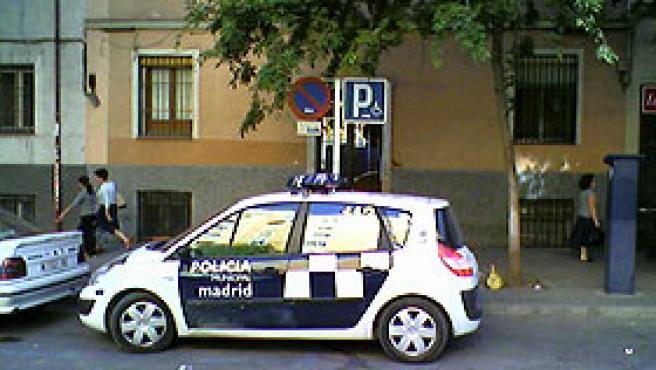 El vehículo de la policía, en zona de minusválidos (Mariano P.).