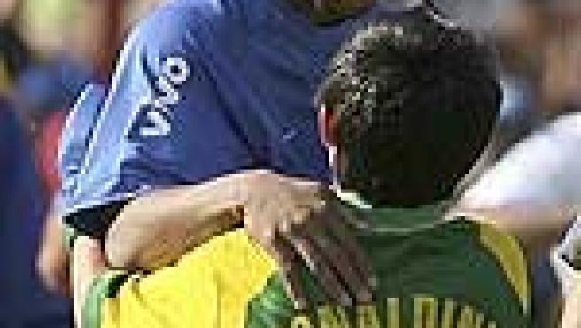 Ronaldinho con un aficionado brasileñol. (Reuters)