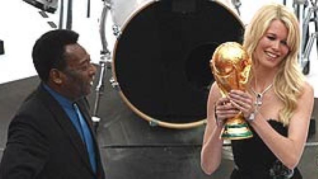 Pelé y Claudia Schiffer, con la Copa del Mundo.
