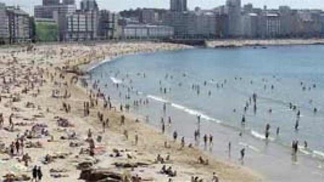 Bañistas en la playa de Riazor, A Coruña. (Archivo)