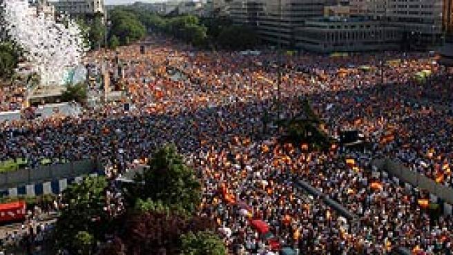 Los asistentes a la concentración de la AVT en la Plaza de Colón (Foto: Efe)