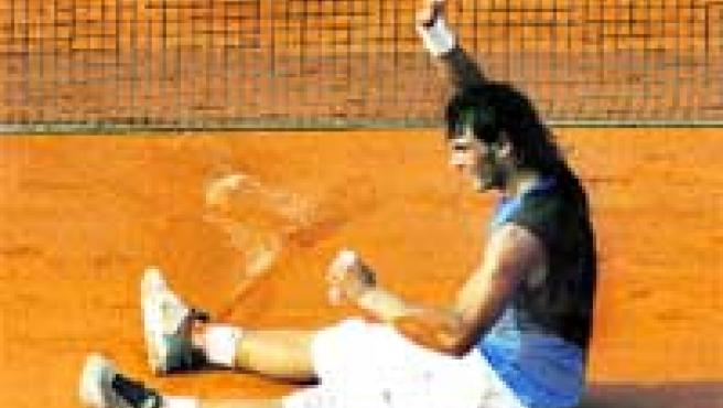 Rafa Nadal, sobre la tierra de Roland Garros tras vencer a Federer en la final.