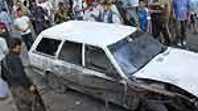 Un misil del ejército israelí impactó en un coche de un militante de Gaza, causando heridas a una personas, durante los incidentes de ayer. (EFE)