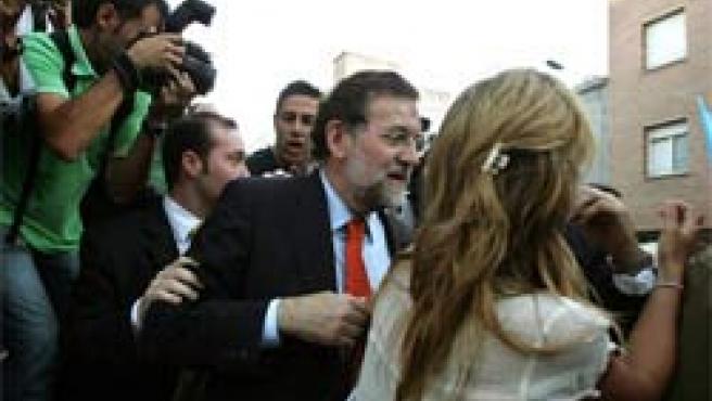 Rajoy sale escoltado del mitin en Granollers (Foto: Efe)