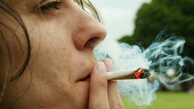 Imagen de archivo en la que una joven fuma abiertamente un porro en el festival anual del cannabis, en Londres, el 5 de junio de 2004.(John D McHugh / AP Photo)