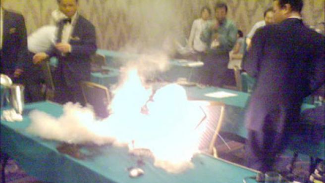 El incendio del ordenador explosivo, en fotografía enviada por Guilhem. (The Inquirer)