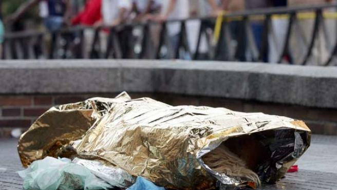 La mujer, tendida en plena calle tras ser asesinada. (Paco Campos / Efe)