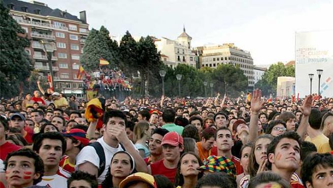 Aficionados en la Plaza de Colón durante el partido de España contra Arabia (Efe / Alberto Martín)