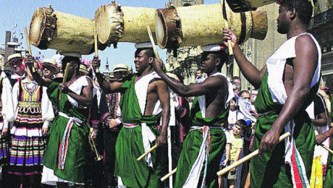 Los pastores de Burundi tocan tambores sobre sus cabezas.