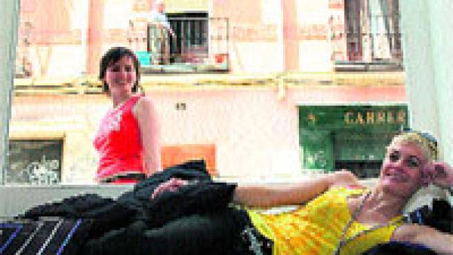 Vibeke, tumbada en un sofá del evocador restaurante y pub de ambiente mixto Jellyfish, en el madrileño barrio de Chueca. Sergio González.