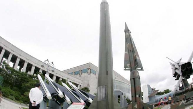 Un turista observa un Scud-B norcoreano en el Museo de la Guerra de Corea en Seúl (Heon-Kyun/Efe)