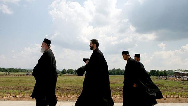 Cuatro sacerdotes ortodoxos serbios caminan por la localidad de Smiljan.