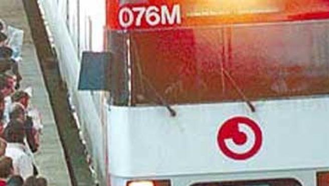 Decenas de usuarios de Cercanías se agolpan a la llegada de un tren