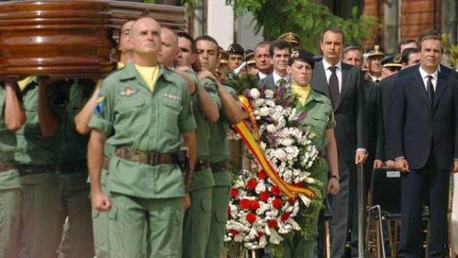 El presidente Zapatero (2d) y el ministro Alonso (d), en el funeral. (Ballesteros / Efe)