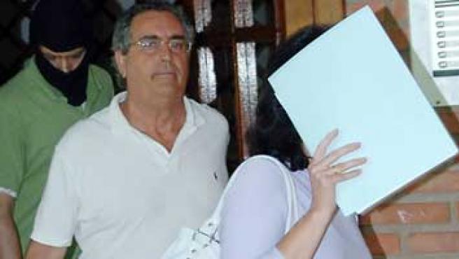Agentes de la Policía llevan detenido a Muñoz Peña el pasado martes (Javier Echezarreta / Efe)