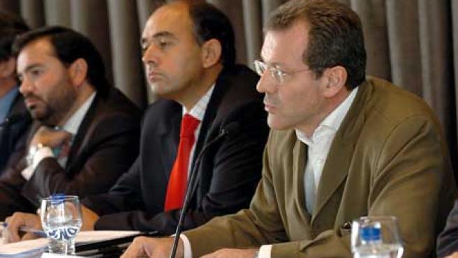 El director de Relaciones Corporativas de la SGAE, Pedro Farré, el director General de VEGAP y el director de Copia Privada de EGEDA durante la rueda de prensa.