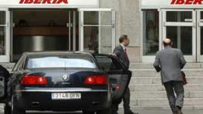 Un directivo de Iberia acude a la sede de la aerolínea en Madrid (Foto: Efe)