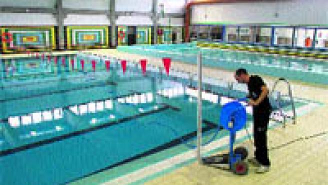 Los vecinos del barrio de La Chana ya pueden disfrutar de una piscina cubierta después de varios años de espera rodeados por la polémica (Torres).