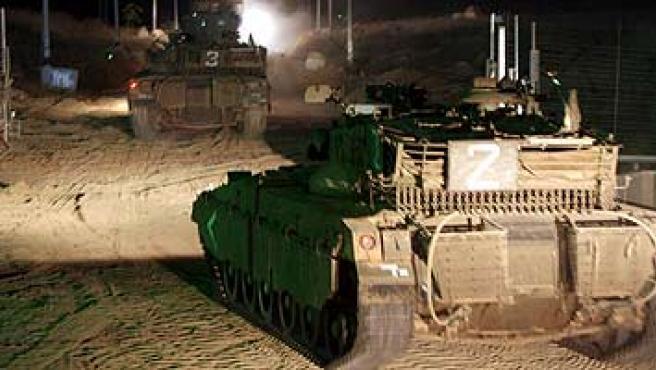 Tanques hebreos se adentran en Gaza por el lado este de la franja. (Pavel Wolberg / EFE)