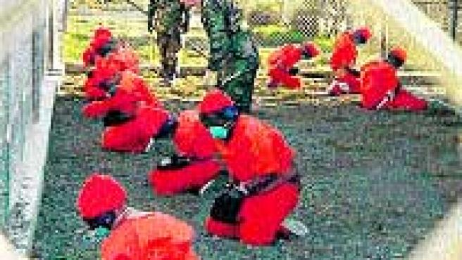 Varios prisioneros, en la base militar de Guantánamo.(REUTERS)
