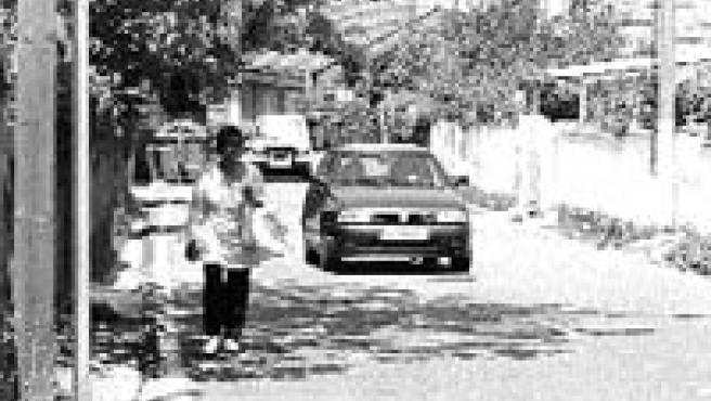 La calle Cesáreo González carece actualmente de aceras(M. Vila).