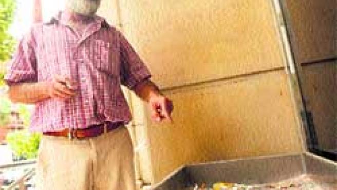 En la foto, el cenicero que hay en la puerta de la Consejería de Sanidad, junto a un funcionario.(FRAN MANZANARES)